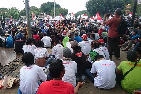 Ribuan nelayan berunjuk rasa di depan Istana Merdeka, menuntut pembatalan pelarangan cantrang, Rabu (17/1) - Sri Mas Sari