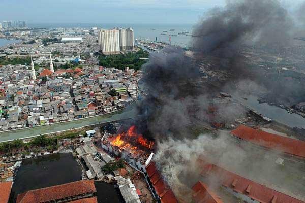 Gedung Museum Bahari di Jalan Pasar Ikan, Penjaringan terbakar, Jakarta, Selasa (16/1). - ANTARA/Hadi Abdat