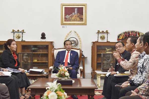 Presiden Joko Widodo (tengah) didampingi Mensesneg Pratikno (keempat kanan) dan Menteri Kelautan dan Perikanan Susi Pudjiastuti (kiri) mendengarkan aspirasi perwakilan nelayan terkait pelarangan penggunaan cantrang di Istana Merdeka, Jakarta, Rabu (17/1). - ANTARA/Puspa Perwitasari