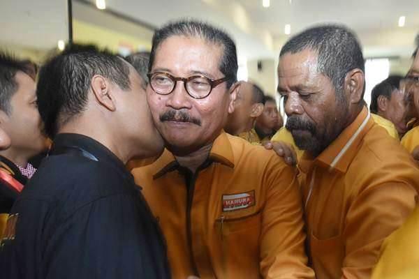 Ketua Umum Partai Hanura terpilih Marsekal Madya TNI (Purn) Daryatmo (tengah) menerima ucapan selamat dari para kader usai terpilih sebagai ketua umum pada Musyawarah Nasional Luar Biasa (Munaslub) Partai Hanura di kantor DPP Partai Hanura, Cipayung, Jakarta Timur, Kamis (18/1). Munaslub Partai Hanura yang dihadiri perwakilan dari 27 pengurus DPD se Indonesia tersebut mengukuhkan Marsekal Madya TNI (Purn) Daryatmo sebagai ketua umum menggantikan Oesman Sapta Odang - Antara