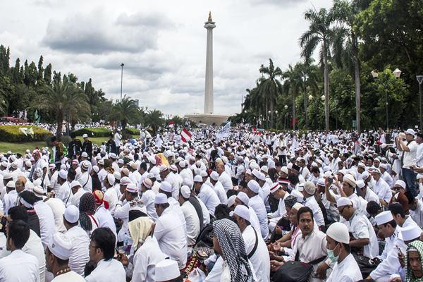 Ribuan umat Islam melakukan zikir dan doa bersama di kawasan silang Monas, Jakarta. Ilustrasi. - Antara