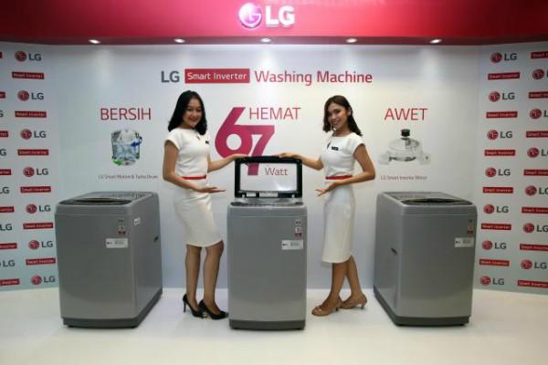 Model berpose di dakat mesin cuci terbaru LG saat peluncuran di Jakarta, Selasa (9/1). - JIBI/Abdullah Azzam