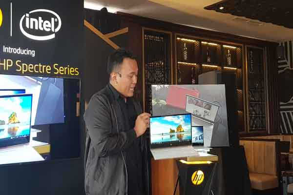 Product Trainer HP Indonesia Catur saat menjelaskan spesifikasi HP Spectre 13 dalam Launching HP Specter Series di Surabaya, Senin (22/1 - 2018).