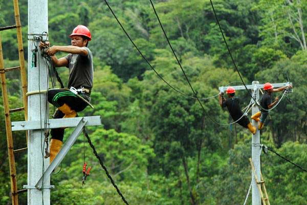 Pekerja memasang instalasi listrik di desa Kamiri, Barru, Sulawesi Selatan, Senin (15/1). - ANTARA/Yusran Uccang
