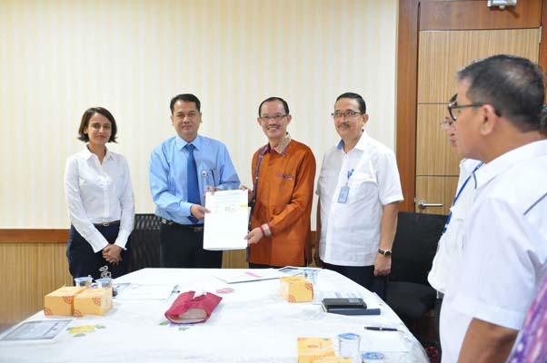 Wali Kota Palembang Harnojoyo (kedua dari kanan) berfoto bersama usai acara penandatanganan perjanjian penerusan hibah IPAL Sei Selayur, Rabu (24/1/2018). - Istimewa