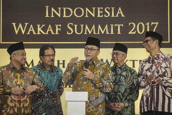 Ketua MPR Zulkifli Hasan (tengah) didampingi Menteri ATR/Kepala BPN Sofyan Djalil (kedua kiri), anggota Dewan Etik MK Salahuddin Wahid (kedua kanan), Ketua Badan Wakaf Indonesia Muhammad Nuh (kiri), Ketua Dewan Pembina Dompet Dhuafa Parni Hadi (kanan) memberi keterangan saat peluncuran Gerakan Sejuta Wakaf dalam Indonesia Wakaf Summit 2017, di Jakarta, Kamis (14/12). - ANTARA/Aprillio Akbar