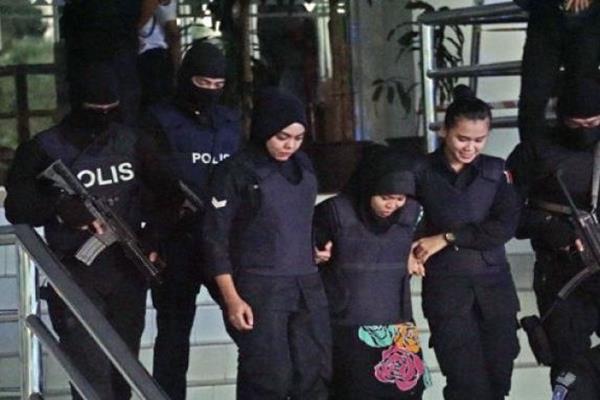 Pasukan bersenjata Polis Diraja Malaysia (PDRM) atau Special Task Force On Organised Crime (STAFOC) mengawal ketat terdakwa pembunuhan kakak tiri pemimpin Korea Utara Kim Jong Nam, Siti Aisyah (tengah) usai menjalani sidang di Mahkamah Tinggi Shah Alam, Kualalumpur, Malaysia, Selasa (23/1/2018).  - Antara