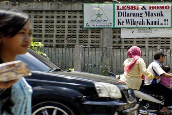 Penolakan LGBT Spanduk penolakan terhadap Lesbi dan Homo terpasang di daerah Cigondewah Bandung, Jawa Barat - Antara