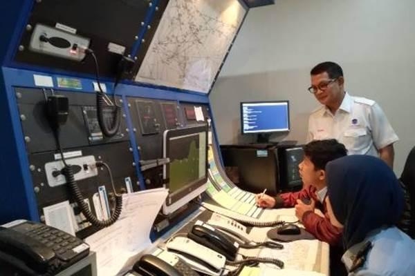 Suasana ruang approach control AirNav. - Bisnis.com