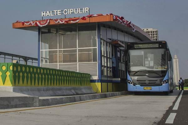 Bus Transjakarta melintas sebelum peresmian Koridor XIII Transjakarta di Halte Cipulir, Kebayoran Lama, Jakarta, Rabu (16/8). - ANTARA/Aprillio Akbar