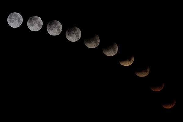 Proses gerhana bulan total. Masyarakat Indonesia berkesempatan menyaksikan gerhana bulan total yang kerap disebut blood moon alias bulan merah darah pada 4 April 2015. Silakan cari waktu yang tepat di wilayah Anda untuk menyaksikan blood moon - america.aljazeera.com