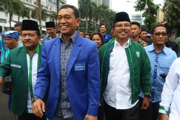 Pasangan bakal calon gubernur Sumut JR Saragih (kedua kiri) bersama bakal calon wakil gubernur Ance Selian (kedua kanan) berjalan menuju kantor KPU Sumut saat akan mendaftar, di Medan, Sumatera Utara, Selasa (9/1). JR Saragih-Ance Selian diusung Partai Demokrat, PKB dan PKPI untuk maju dalam pemilihan gubernur-wakil gubernur Sumut periode 2018 - 2023. ANTARA FOTO - Irsan Mulyadi