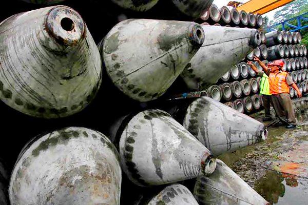 Pekerja melakukan pengecekan rutin beton di pabrik milik PT Wijaya Karya Beton. - JIBI/Nurul Hidayat