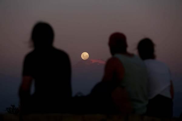 Super Moon di Los Andes, Santiago, Chile, January 30, 2018. - Reuters
