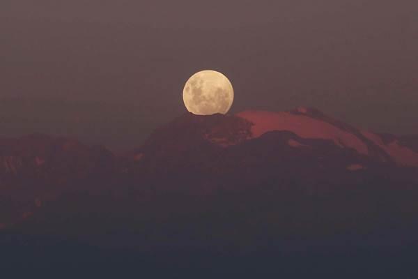 Gerhana bulan total di pegunungan Los Andes Santiago, Chile, January 30, 2018. - Reuters