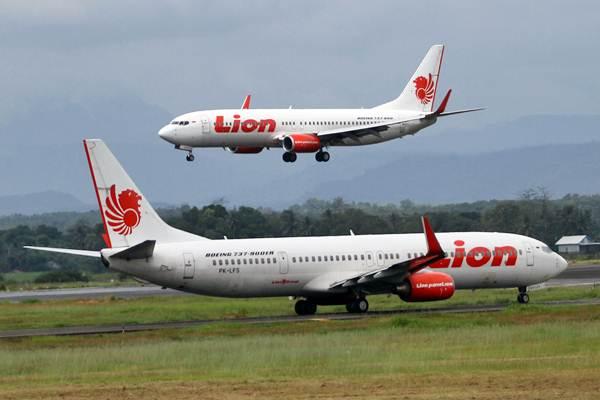 Pesawat Lion Air mendarat di Bandara Sultan Hasanuddin Makassar, Sulawesi Selatan, Minggu (11/6). - JIBI/Paulus Tandi Bone