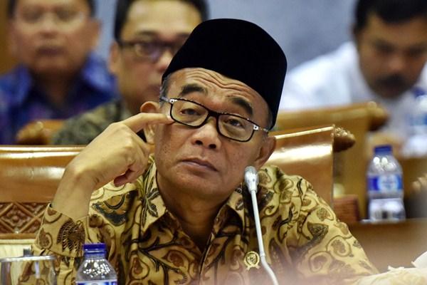 Mendikbud Muhadjir Effendy saat menghadiri raker dengan Komisi X DPR, di Kompleks Parlemen, Jakarta, Selasa (25/4/2017). - Antara/Wahyu Putro A