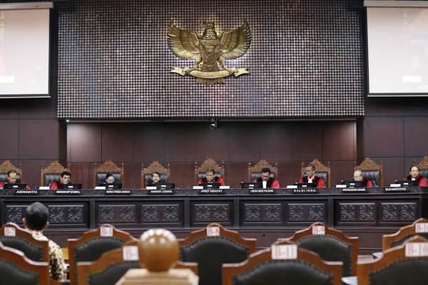 Ketua Mahkamah Konstitusi Arief Hidayat (tengah) memimpin sidang lanjutan Pengujian Undang-Undang tentang MPR, DPR, dan DPRD (MD3) terkait Hak angket DPR terhadap KPK di gedung Mahkamah Konstitusi, Jakarta, Kamis (28/9). - ANTARA/Humas MK