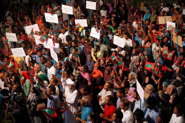 Pendukung kubu oposisi memprotes keputusan pemerintah menunda pembebasan para pemimpin mereka, termasuk mantan presiden Mohamed Nasheed, Minggu (4/2). - Reuters