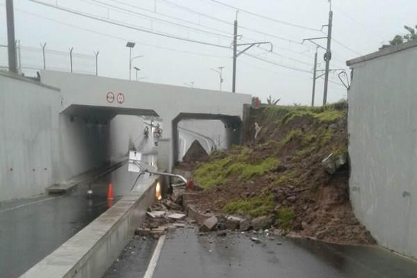 Jalan Perimeter Selatan terowongan KA Bandara Soekarno Hatta longsor dan tidak bisa dilintasi kendaraan, Senin (5/2/2018). - Twitter TMC Polda Metro Jaya