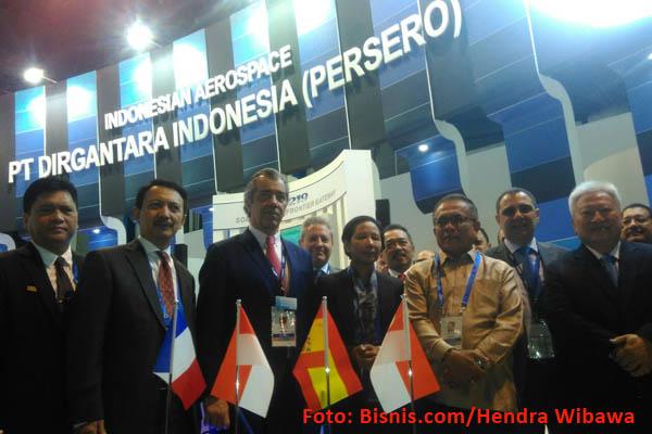 Dirut PT DI Elfien Goentoro (kedua dari kiri) berfoto bersama Menteri BUMN Rini Soemarno (tengah) dan  mitra PTDI termasuk Trigana air Service di Singapore Airshow 2018 Singapura, Rabu (7/2 - 2018).