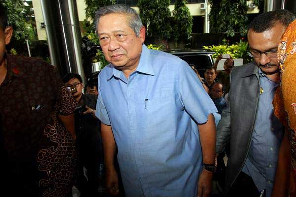 Presiden ke-6 RI Susilo Bambang Yudhoyono berjalan memasuki gedung untuk melaporkan pengacara Setya Novanto, Firman Wijaya, kepada Bareskrim Polri, Jakarta, Selasa (6/2/2018). - ANTARA/Rivan Awal Lingga