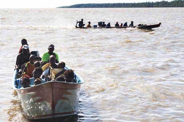 Warga kampung Warse, Distrik Jetsy menumpang perahu menuju pelabuhan Misi, Agats, Kabupaten Asmat, Papua, Senin (22/1). - ANTARA/M Agung Rajasa