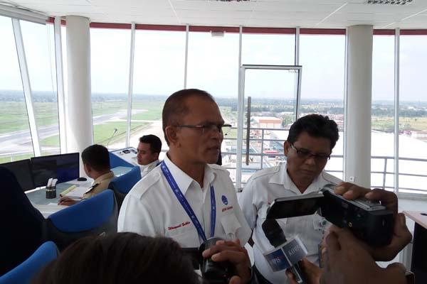 General Manager AirNav Indonesia cabang Pontianak Wasyudi Zufka (kiri) menjawab pertanyaan wartawan di Tower ATC Bandara Supadio, Kamis (8/2 - 2018). Bisnis.com/Rio Sandy Pradana