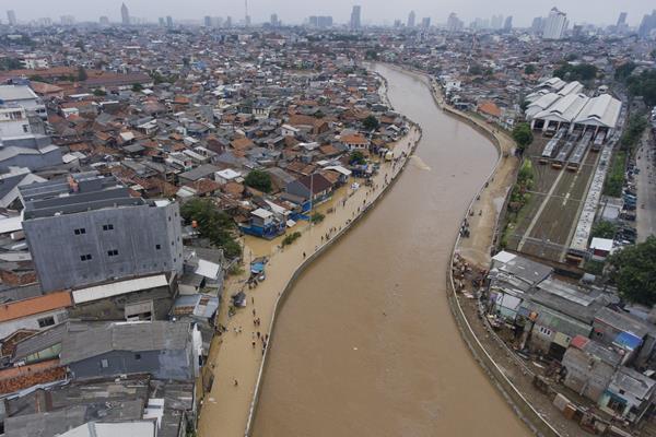 Suasana Sungai Ciliwung yang meluap dan merendam pemukiman di Kampung Pulo, Jakarta, Selasa (6/2). Sungai Ciliwung meluap akibat curah hujan yang tinggi di wilayah hulu sungai. ANTARA FOTO - Hafidz Mubarak A