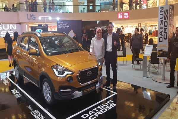 Head of Datsun Indonesia, Masato Nakamura (kanan) bersama Head of Communication Nissan Motor Indonesia, Hana Maharani (kiri) saat peluncuran Datsun Cross di Tunjungan Plaza Surabaya, Rabu (14/2 - 2018)
