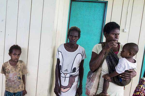 Warga menunggu antrean saat berobat di puskesmas Ayam di kampung Bayiwpinam, Distrik Akat, Kabupaten Asmat, Papua, Jumat (26/1). - ANTARA/M Agung Rajasa