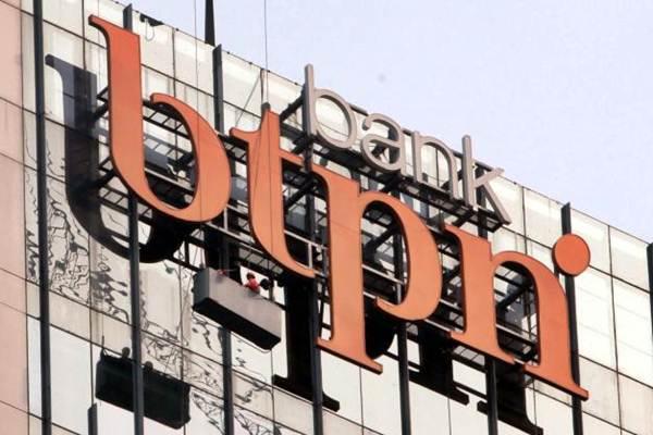 Pekerja membersihkan logo PT Bank Tabungan Pensiunan Nasional (BTPN) Tbk di Jakarta, Kamis (2/11). - JIBI/Nurul Hidayat