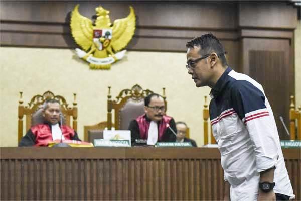 Terdakwa kasus suap pejabat Bakamla, Fahmi Darmawansyah (kanan) menjalani sidang dengan agenda pembacaan putusan di Pengadilan Tipikor, Jakarta, Rabu (24/5). - Antara/Hafidz Mubarak A