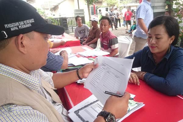 Petugas verifikasi kapal perikanan sedang mencatat data pemilik kapal cantrang di Pelabuhan Perikanan Pantai Tasikagung, Rembang, Rabu (2/2 - 2018).