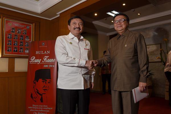 Menteri Dalam Negeri Tjahjo Kumolo (kanan) bertemu dengan Kepala Badan Intelejen Negara (BIN) Jenderal Pol. Budi Gunawan (kiri) untuk berkordinasi terkait pelaksanaan Pilkada seretak 2017 di Kantor Kemendagri, Jakarta, Kamis (22/9).  - Antara