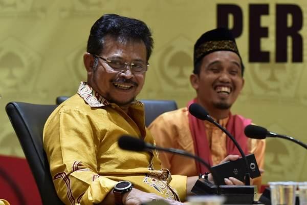 Syahrul Yasin Limpo (kiri) didampingi Ustaz Maulana berbincang saat mendaftar Bakal Calon Ketua Umum Golkar di Kantor DPP Golkar, Jakarta, Rabu (4/5/2016). - Antara/Puspa Perwitasari