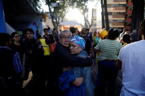 Masyarakat berkumpul di jalanan setelah gempa berkekuatan 7,2 SR mengguncang Meksiko, Jumat (16/2) waktu setempat. - Reuters/Edgard Garrido