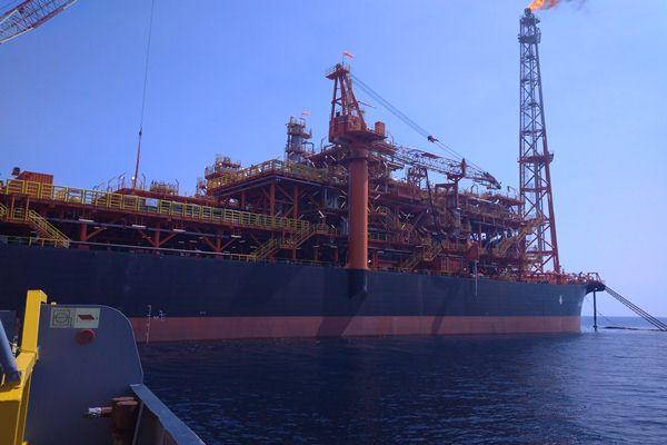 Fasilitas terapung Husky--CNOOC Madura Limited, yang  mengolah minyak dan gas bumi dari pengeboran lepas pantai - Bisnis/Sepudin Zuhri