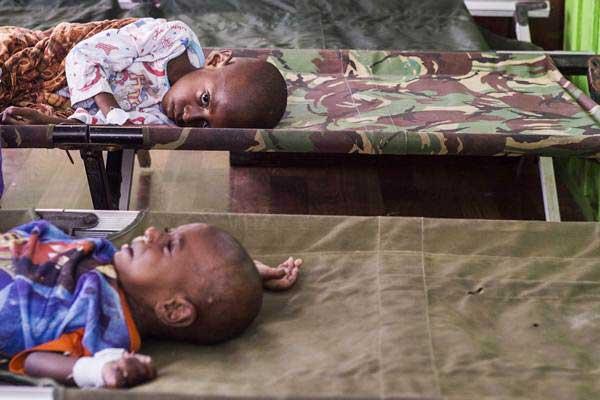 Dua anak dari kampung Warse, Distrik Jetsy menunggu perawatan setibanya di RSUD Agats, Kabupaten Asmat, Papua, Senin (22/1). - ANTARA/M Agung Rajasa