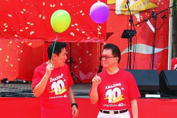CEO PT. Smartfren Telecom Tbk. Andreas Rompis (kiri) dan Chairman Franky O. Widjaja, di sela-sela perayaan ulang tahun ke-10 Smartfren, di Jakarta, Minggu (17/9). - JIBI/Dwi Prasetya