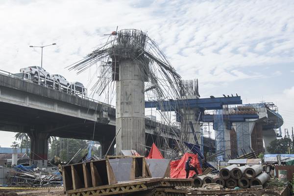 Tim Labfor Bareskrim Pori melakukan olah tempat kejadian perkara (TKP) pasca robohnya tiang pancang pada proyek kontruksi pembangunan tol Bekasi-Cawang-Kampung Melayu (Becakayu) di Jalan D I Panjaitan, Jakarta, Selasa (20/2). Tiang pancang pada proyek kontruksi pembangunan tol Bekasi-Cawang-Kampung Melayu (Becakayu) yang roboh pada Selasa (20/2) sekitar pukul 03.00 WIB itu menyebabkan tujuh pekerja dari proyek tersebut terluka. ANTARA FOTO - Aprillio Akbar