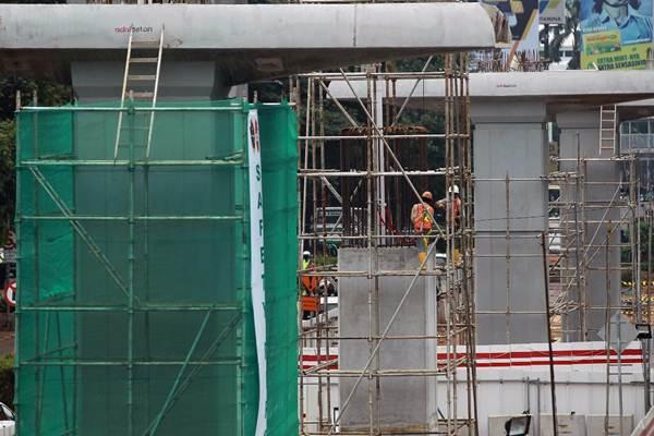 Pekerja menyelesaikan pembangunan konstruksi mass rapid transit di Jakarta, Senin (8/1). - JIBI/Dwi Prasetya