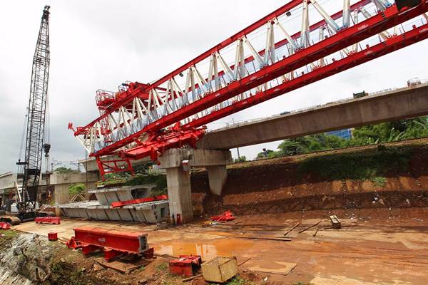 Suasana di lokasi launching girder (alat angkat proyek) yang jatuh pada proyek pembangunan jalur ganda kereta ManggaraiJatinegara, di Jatinegara, Jakarta Timur, Minggu (4/2). - JIBI/Dwi Prasetya