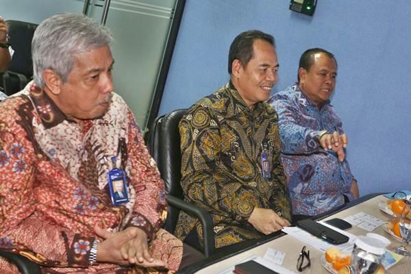 Direktur Utama PT Bank Rakyat Indonesia Syariah (BRI Syariah) Moch Hadi Santoso (dari kanan) saat bersama Direktur Wildan dan Direktur Indra Praseno mengunjungi kantor redaksi Harian Bisnis Indonesia di Jakarta, Jumat (24/11). - JIBI/Nurul Hidayat