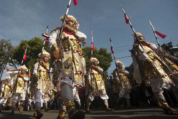 Sejumlah seniman membawakan Tari Baris Tombak yaitu salah satu dari sembilan tari Bali yang diakui UNESCO sebagai warisan budaya tak benda dalam parade Pesta Kesenian Bali ke-39 di Denpasar, Sabtu (10/6). - Antara/Nyoman Budhiana
