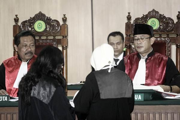 Hakim Ketua Mulyadi (kanan) bersama Hakim Anggota Tugianto (kiri) memimpin jalannya sidang Peninjauan Kembali (PK) ke Mahkamah Agung (MA) terkait kasus penistaan agama yang menjerat Ahok di Pengadilan Negeri Jakarta Utara, Jakarta, Senin (26/2). - ANTARA/Muhammad Adimaja