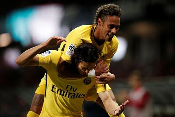 Dua bintang Paris Saint-Germain, Neymar da Silva Santos Jr. (atas) dan Edinson Cavani. PSG favorit untuk kembali menjuarai Piala Prancis. - Reuters