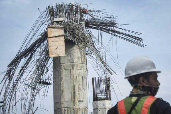 Pekerja beraktivitas didekat proyek pascarobohnya bekisting pier head pada proyek konstruksi pembangunan jalan tol Bekasi-Cawang-Kampung Melayu (Becakayu) di Jalan D I Panjaitan, Jakarta, Selasa (20/2/2018). - ANTARA/Aprillio Akbar