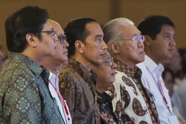 Presiden Joko Widodo (ketiga kiri) bersama Menteri Perindustrian Airlangga Hartarto (kiri), Ketua Umum Kadin Rosan Roeslani (kedua kiri), Menko Perekonomian Darmin Nasution (ketiga kanan), Menteri Perdagangan Enggartiasto Lukita (kedua kanan), dan Ketua Panitia Rakornas Kadin 2017 Maruarar Sirait menghadiri penutupan Rakornas Kadin 2017, Jakarta, Selasa (3/10). - ANTARA/Rosa Panggabean