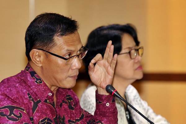 Kepala BPS Suhariyanto (kiri) didampingi Deputi Bidang Statistik Distribusi dan Jasa Yunita Rusanti memberi penjelasan terkait inflasi saat jumpa pers di Jakarta, Kamis (1/2). - JIBI/Abdullah Azzam